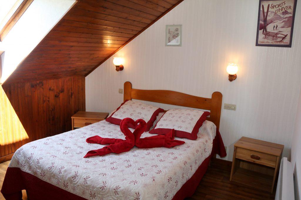 chambre lys chambres et table d 39 h te location chalet ancelle hautes alpes. Black Bedroom Furniture Sets. Home Design Ideas