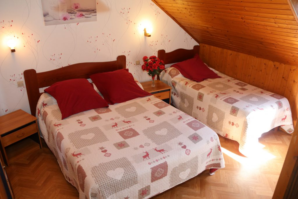 Chambre rose chambres et table d 39 h te location chalet for Table d hote 52